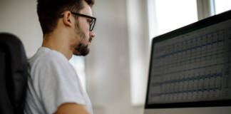 W jakich formatach udostępnia się bazy danych firm?