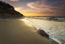 Noclegi Jastrzębia Góra – malowniczy widok na morze i klif o zachodzie słońca